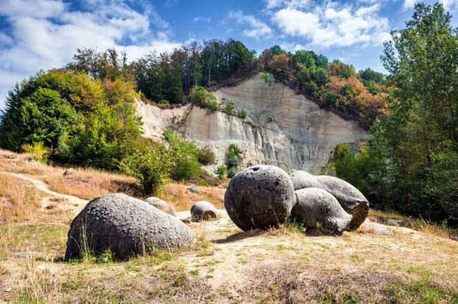 """Khám phá bí ẩn về loại đá có khả năng tự """"lớn lên"""" và di chuyển sau cơn mưa - Ảnh 1"""