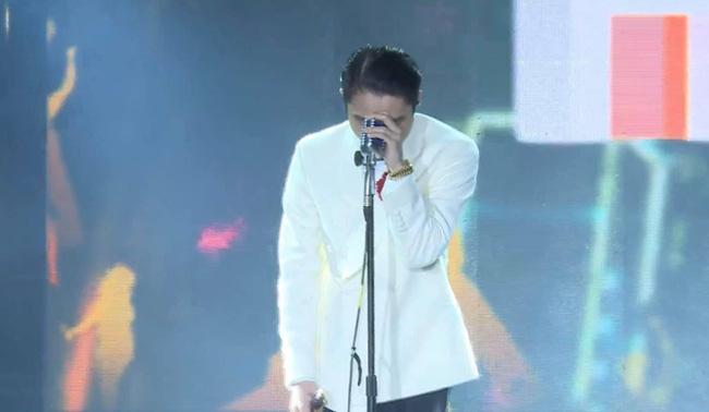 """Sơn Tùng M-TP xuất hiện giữa ồn ào tình ái, gương mặt rầu rĩ khi hát lời trong MV nhắn nhủ """"thương em"""" - Ảnh 1"""