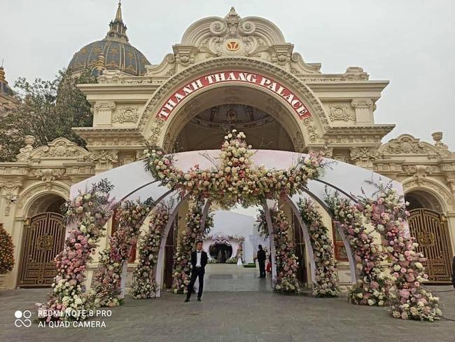 """Choáng ngợp trước đám cưới """"khủng"""" trong lâu đài dát vàng ở Ninh Bình, thực đơn toàn món """"bên bển"""" - Ảnh 2"""