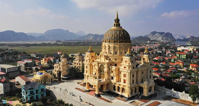 """Choáng ngợp trước đám cưới """"khủng"""" trong lâu đài dát vàng ở Ninh Bình, thực đơn toàn món """"bên bển"""" - Ảnh 1"""