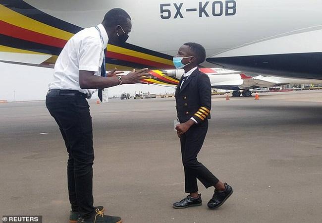 """Khi bạn bè còn lo ăn học, cậu bé 7 tuổi đã biết lái máy bay, được trao danh hiệu """"cơ trưởng"""" - Ảnh 3"""