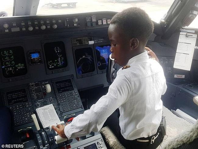 """Khi bạn bè còn lo ăn học, cậu bé 7 tuổi đã biết lái máy bay, được trao danh hiệu """"cơ trưởng"""" - Ảnh 2"""
