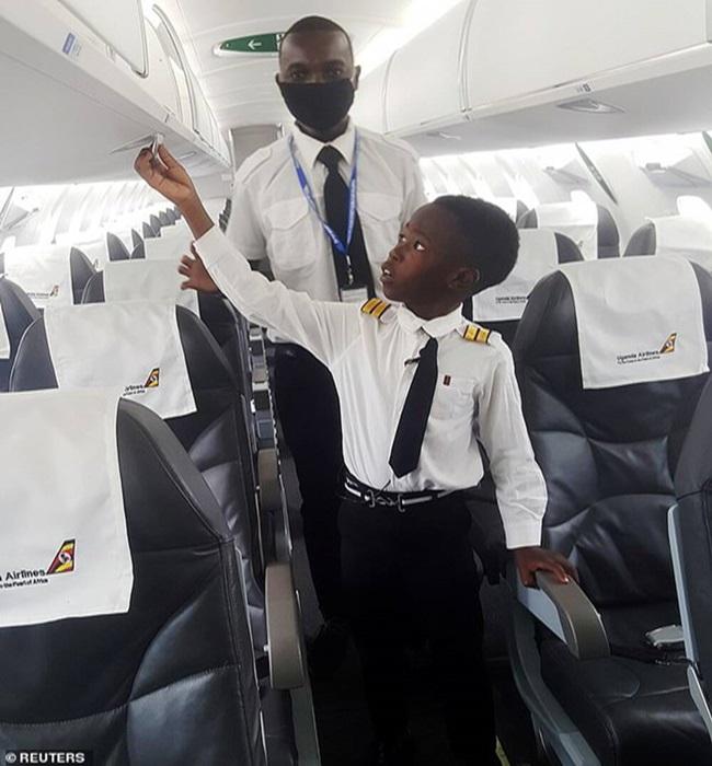"""Khi bạn bè còn lo ăn học, cậu bé 7 tuổi đã biết lái máy bay, được trao danh hiệu """"cơ trưởng"""" - Ảnh 4"""