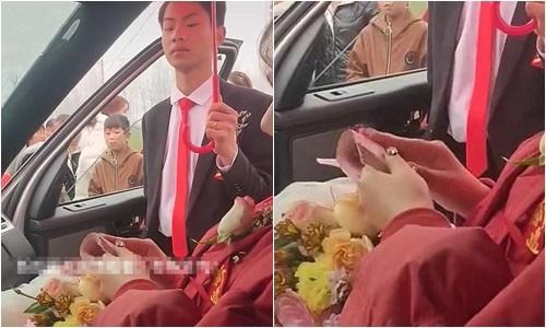Cô dâu ngồi lì trên xe hoa đếm tiền đến 3 lần, phản ứng của chú rể khiến ai cũng ngao ngán - Ảnh 1