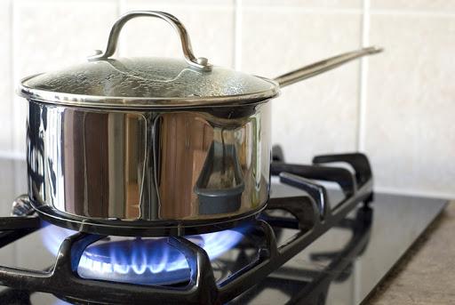 Nổ bình gas 12kg khi đang nấu ăn, nam thanh niên 18 tuổi bị tổn thương phổi - Ảnh 1