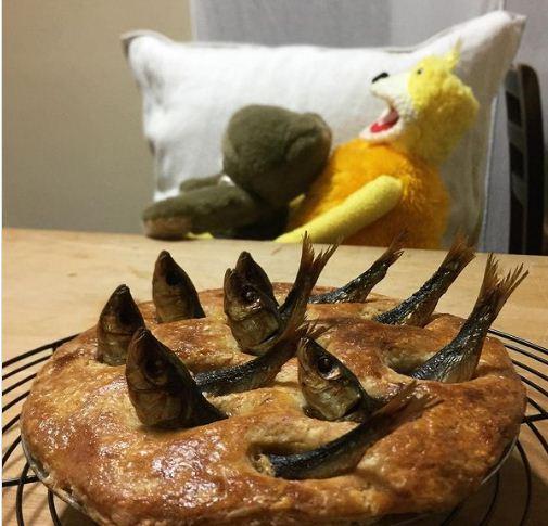 Kỳ lạ món bánh trang trí toàn đầu cá, nhìn chằm chằm lên trời - Ảnh 1