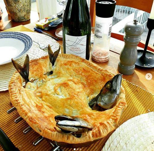 Kỳ lạ món bánh trang trí toàn đầu cá, nhìn chằm chằm lên trời - Ảnh 2