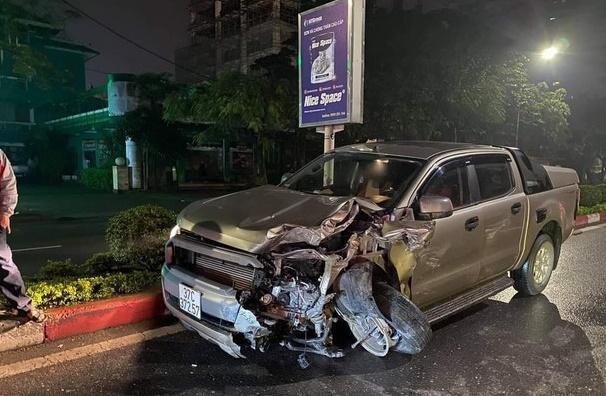 Xe bán tải đâm nát đuôi xe taxi dừng đèn đỏ, nữ hành khách tử vong - Ảnh 1
