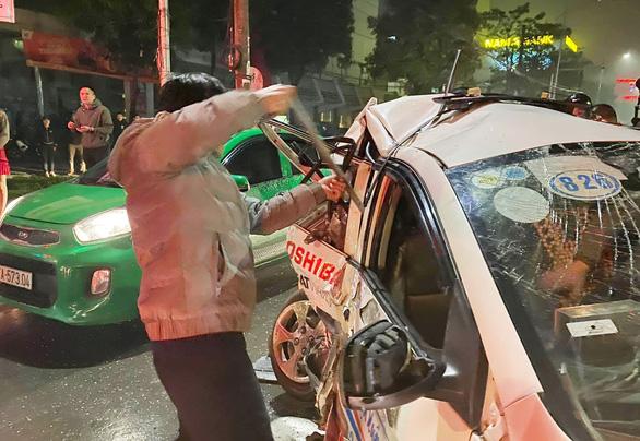 Xe bán tải đâm nát đuôi xe taxi dừng đèn đỏ, nữ hành khách tử vong - Ảnh 2