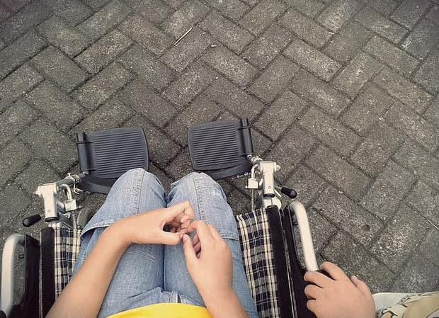 """Bé gái bị """"đánh cắp"""" 8 năm ngồi trên xe lăn như tật nguyền, hé lộ danh tính người gây ra bi kịch - Ảnh 1"""