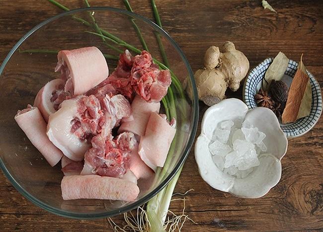 Thay vì luộc, đem đuôi lợn làm món này đảm bảo thơm nức, trôi cơm - Ảnh 1