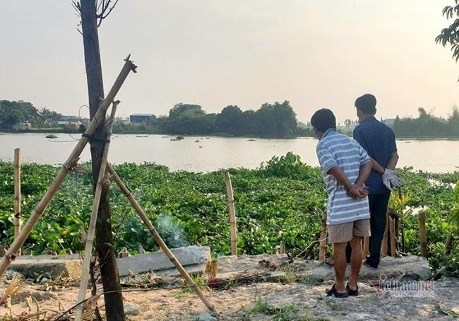 Tá hỏa phát hiện thi thể trùm kín đầu, lẫn trong đám lục bình trên sông Sài Gòn - Ảnh 1