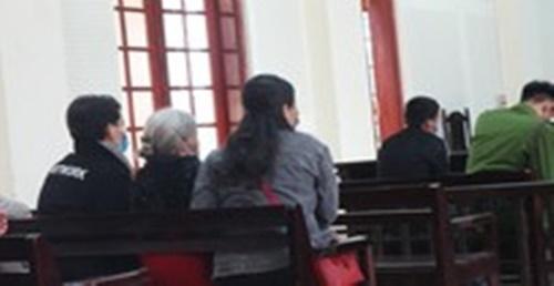 """Xót xa mẹ già 80 tuổi đến dự tòa """"tiễn"""" con gái vào tù - Ảnh 2"""
