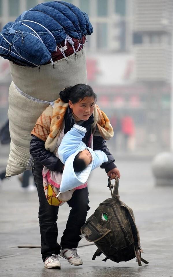 Bà mẹ cõng bao tải khổng lồ, ôm con nhỏ nổi tiếng chỉ nhờ bức ảnh, đổi đời ngoạn mục sau 11 năm - Ảnh 1