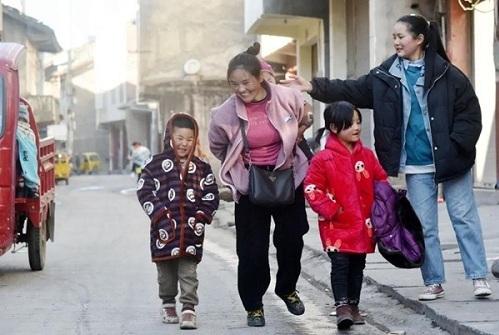 Bà mẹ cõng bao tải khổng lồ, ôm con nhỏ nổi tiếng chỉ nhờ bức ảnh, đổi đời ngoạn mục sau 11 năm - Ảnh 3