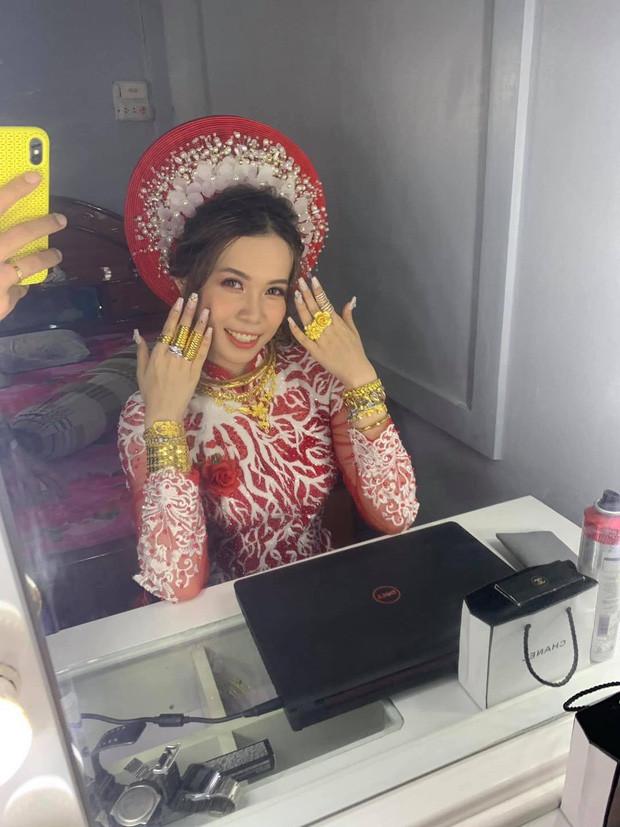 Cô dâu đeo hơn 20 cây vàng cùng nhẫn kim cương, biết gia thế dân mạng càng thêm trầm trồ - Ảnh 1