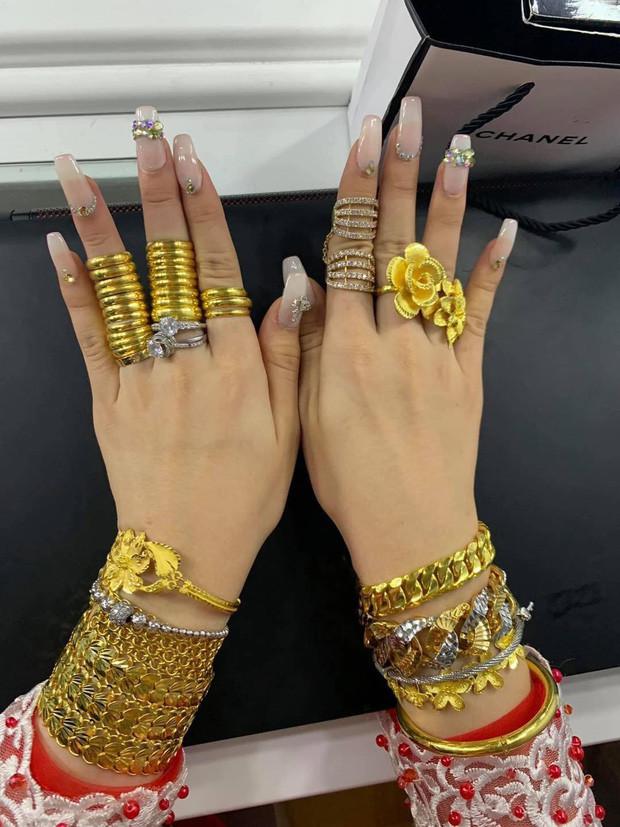 Cô dâu đeo hơn 20 cây vàng cùng nhẫn kim cương, biết gia thế dân mạng càng thêm trầm trồ - Ảnh 2