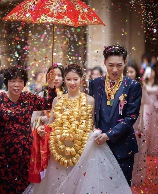 """Hoa mắt với cặp cô dâu chú rể đeo cả trăm vòng vàng đến trĩu cổ, xứng tầm đám cưới """"thế phiệt"""" - Ảnh 3"""