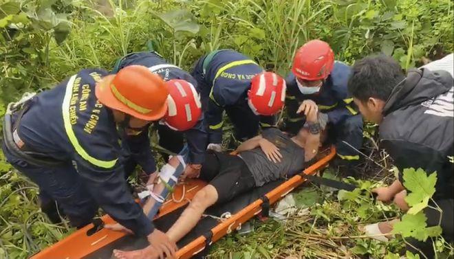 Đi xe máy tông vào taluy đèo Hải Vân, nam thanh niên rơi xuống vực sâu 30m - Ảnh 2