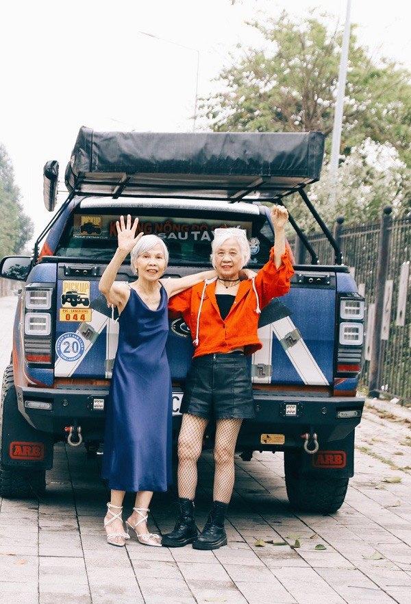 """Hai cụ bà U80 ăn mặc như siêu mẫu, tạo dáng """"cực ngầu"""" bên xe bán tải gây """"sốt"""" mạng - Ảnh 1"""