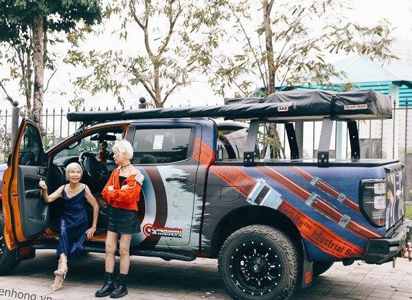 """Hai cụ bà U80 ăn mặc như siêu mẫu, tạo dáng """"cực ngầu"""" bên xe bán tải gây """"sốt"""" mạng - Ảnh 3"""