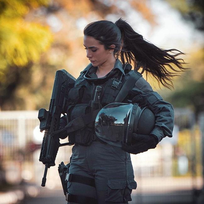 """""""Nữ hoàng súng"""" Israel khoe vẻ đẹp nóng bỏng, tiết lộ quá khứ đầy ám ảnh  - Ảnh 1"""