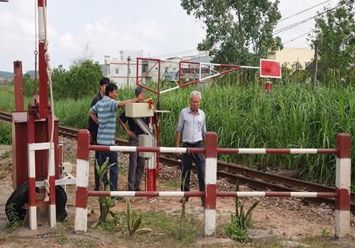 Ô tô 7 chỗ vượt rào chắn bị tàu hỏa đâm, 3 người trong gia đình thương vong - Ảnh 1