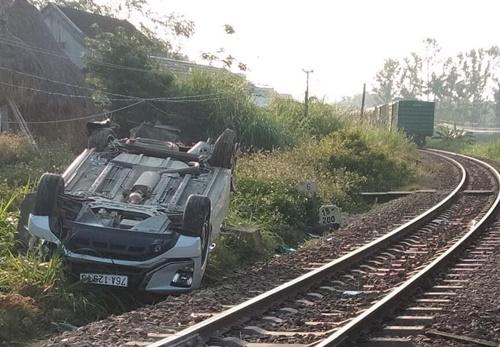 Ô tô 7 chỗ vượt rào chắn bị tàu hỏa đâm, 3 người trong gia đình thương vong - Ảnh 2