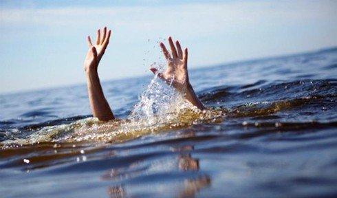 Bố mẹ đau đớn nhận hung tin hai con gái sinh đôi chết đuối dưới ao nước trước nhà - Ảnh 1