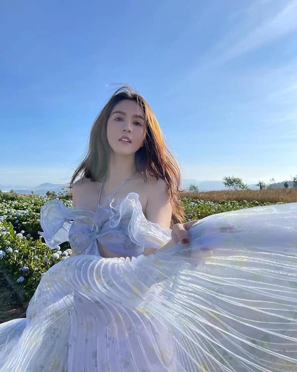 Ngọc Trinh diện váy tím mộng mơ, khoe vai trần hờ hững khiến fan thổn thức - Ảnh 5