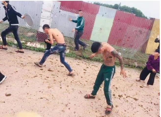 Vụ nhóm thanh niên bị ném phân trâu ở Bắc Giang: Chủ tịch UBND huyện nói gì? - Ảnh 1