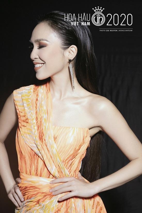 """Hiền Thục tái xuất với nhan sắc """"không tuổi"""", khoe đường cong quyến rũ tại bán kết Hoa hậu Việt Nam 2020  - Ảnh 1"""