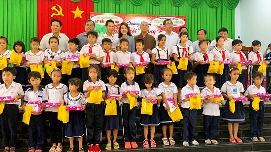 Lý Hải - Minh Hà quyên góp 2,5 tỷ đồng ủng hộ miền Trung - Ảnh 2