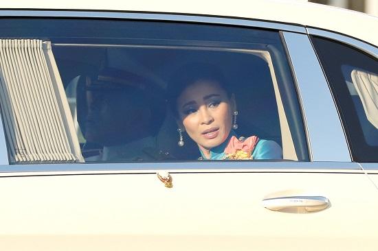 Hoàng hậu Thái Lan lộ vẻ căng thẳng khi người biểu tình vây quanh xe  - Ảnh 1