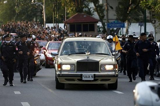 Hoàng hậu Thái Lan lộ vẻ căng thẳng khi người biểu tình vây quanh xe  - Ảnh 2