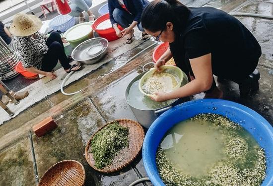 Người dân TP.HCM nấu 5.000 bánh chưng, bánh tét gửi vùng lũ miền Trung - Ảnh 3
