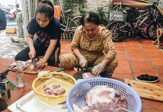 Người dân TP.HCM nấu 5.000 bánh chưng, bánh tét gửi vùng lũ miền Trung - Ảnh 4