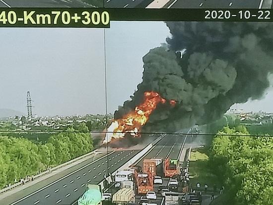 Xe bồn chở xăng phát nổ, bốc cháy dữ dội trên cao tốc Hà Nội - Hải Phòng  - Ảnh 2