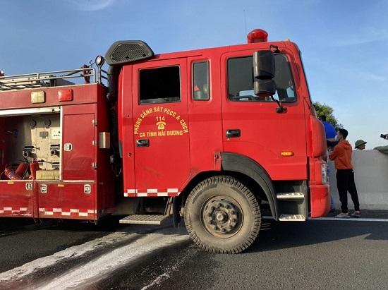 Xe bồn chở xăng phát nổ, bốc cháy dữ dội trên cao tốc Hà Nội - Hải Phòng  - Ảnh 3