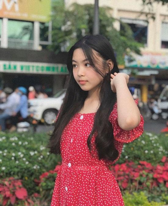 """""""Mỹ nhân nhí"""" nhà MC Quyền Linh với đôi chân dài """"miên man"""", nhan sắc rạng ngời không kém gì hoa hậu  - Ảnh 3"""