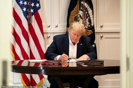 Nhà Trắng tiếp tục công bố ảnh Tổng thống Trump làm việc trong bệnh viện - Ảnh 3