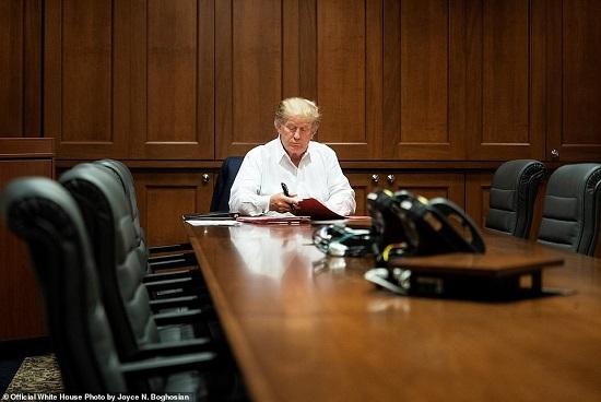 Nhà Trắng tiếp tục công bố ảnh Tổng thống Trump làm việc trong bệnh viện - Ảnh 2