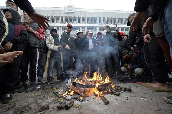 Kyrgyzstan hủy bỏ kết quả bầu cử quốc hội sau khi biểu tình bùng nổ  - Ảnh 1