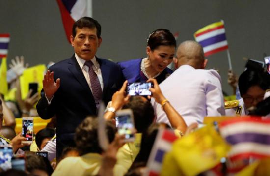 """Vua Thái Lan kêu gọi đoàn kết sau khi người biểu tình """"quay lưng"""" với đoàn xe hoàng gia - Ảnh 1"""