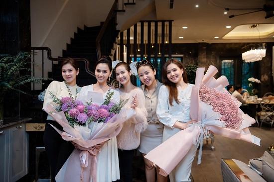 """Lã Thanh Huyền đón sinh nhật ở biệt thự """"sang chảnh"""" với dàn nghệ sĩ nổi tiếng  - Ảnh 1"""