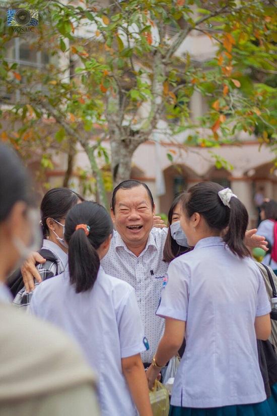 """Thầy hiệu trưởng """"trường người ta"""" đứng đợi ôm từng học sinh trước ngày nghỉ hưu - Ảnh 1"""