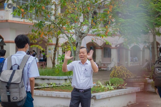"""Thầy hiệu trưởng """"trường người ta"""" đứng đợi ôm từng học sinh trước ngày nghỉ hưu - Ảnh 3"""