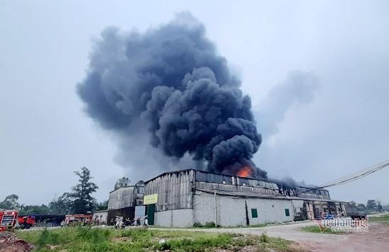 Cháy lớn tại kho chứa hàng ở Nghệ An, khói đen bốc lên cuồn cuộn - Ảnh 1