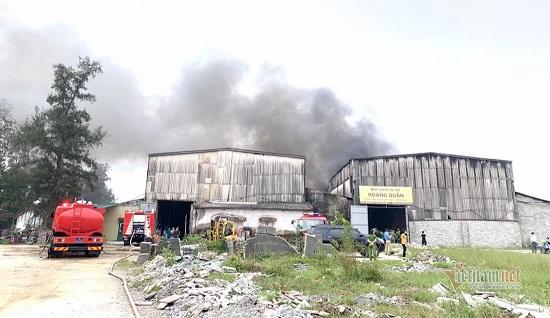 Cháy lớn tại kho chứa hàng ở Nghệ An, khói đen bốc lên cuồn cuộn - Ảnh 2