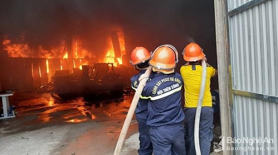 Cháy lớn tại kho chứa hàng ở Nghệ An, khói đen bốc lên cuồn cuộn - Ảnh 3